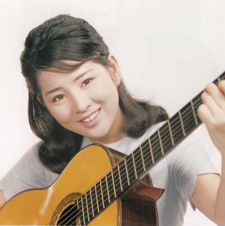 ギターを持つ吉永小百合